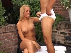 Intensiver Blowjob von blonder Transe
