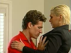 Eine geile Chefin hat endlich einen der heißesten Typen im Büro gefickt